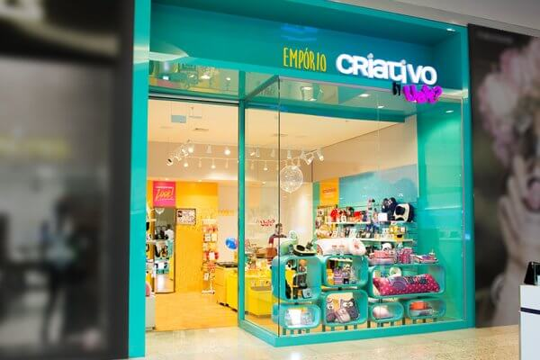Fachada de loja colorida de presentes criativos. Veja como montar uma loja perfeita no Boas Vendas.